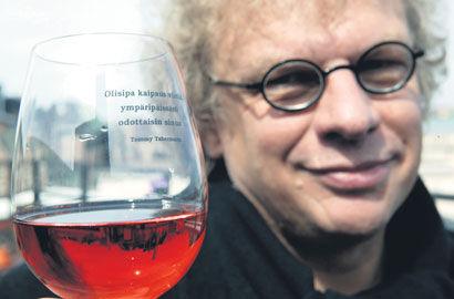 Runoilija Tommy Tabermann aikoo nauttia tänään taas viiniä.