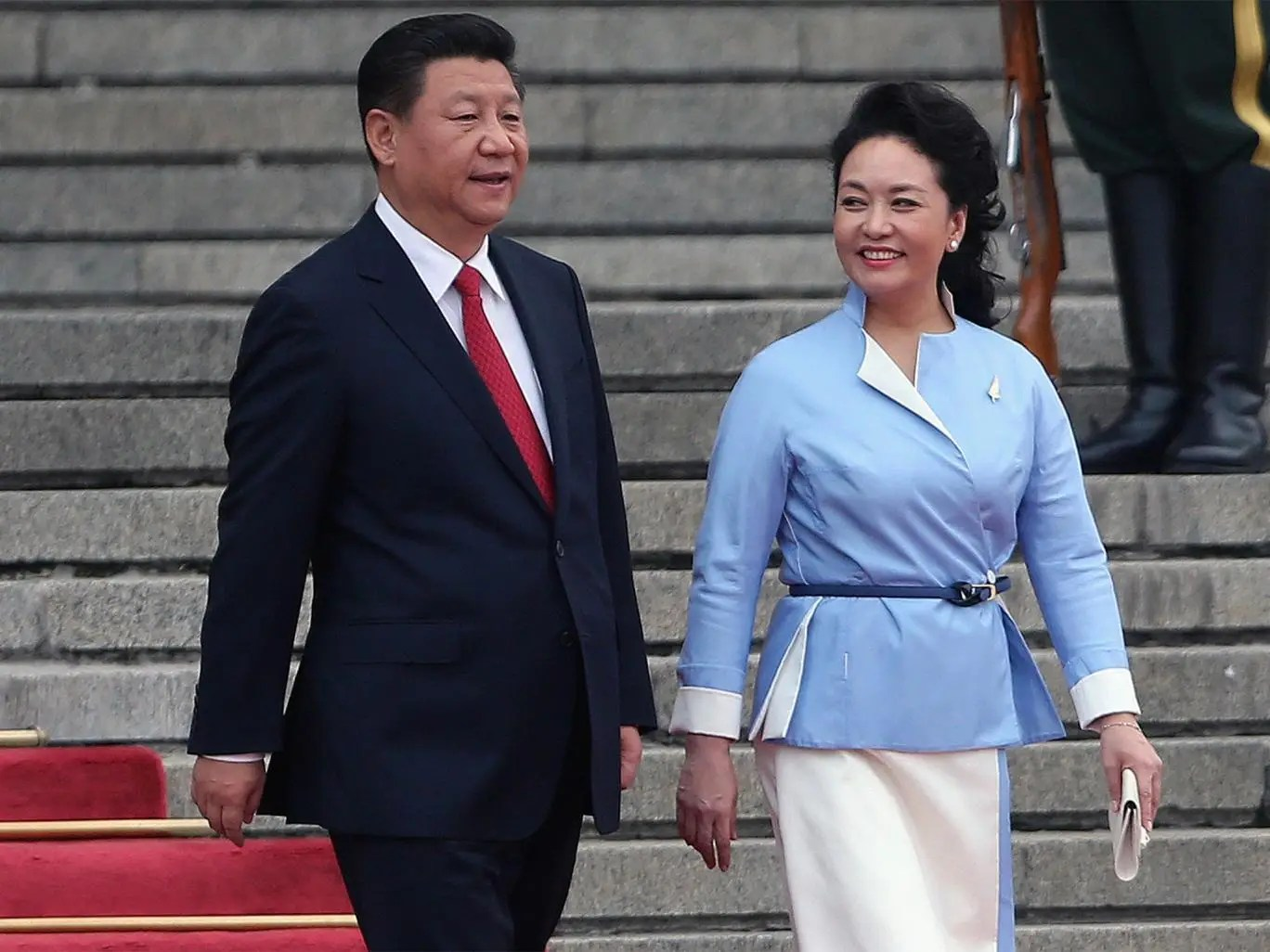 Xi Jinping (L) and his wife Peng Liyuan attend a welcome ceremony ...