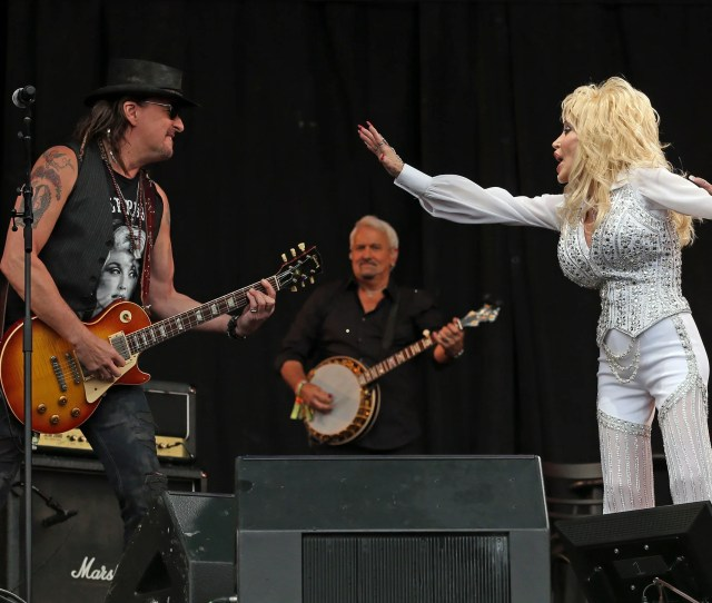 Dolly Parton And Richie Sambora Perform At Glastonbury 2014