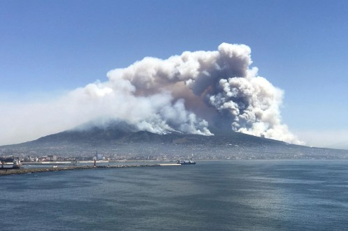 small resolution of don t let the mount vesuvius fire put you off visiting naples