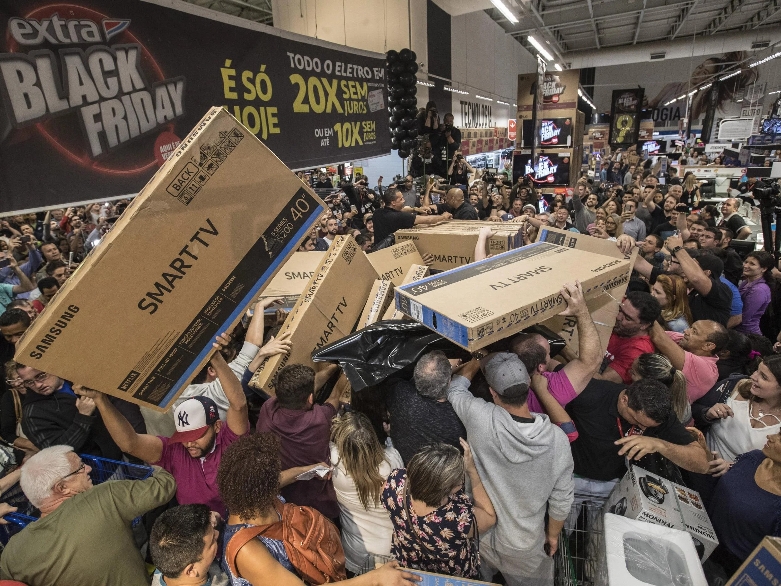 Black Friday 2017 Chaos As Huge Crowds Of Shoppers In
