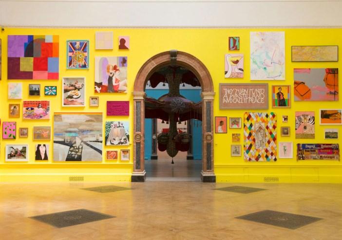 Vista da 250ª Summer Exhibition na Royal Academy of Arts