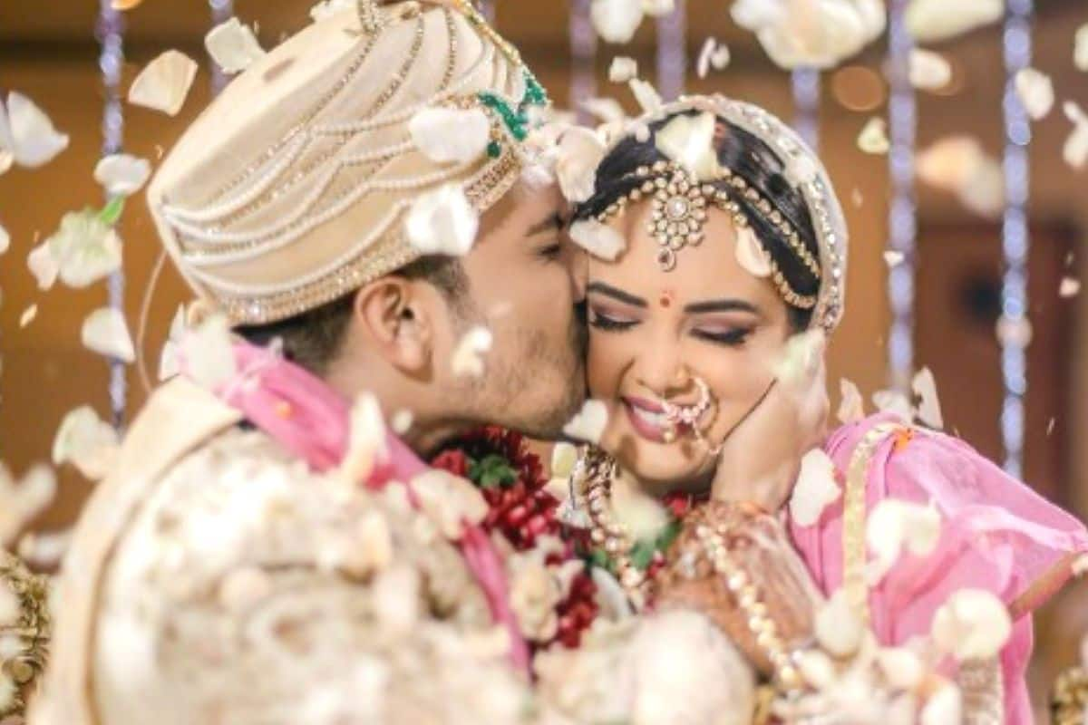 Aditya Narayan Kisses Wife Shweta Agarwal in New Picture From The Wedding – Check Pics And Videos From Reception