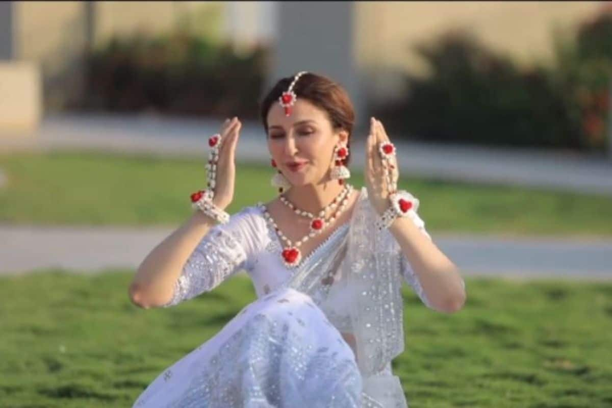Saumya Tandon Wishes Holi by Teasing Fans With Beautiful Dance on Mohe Rang Do Laal- Watch Video