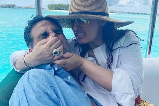 'Instagram Couples vs Reality'! Twinkle Khanna Hilariously Smothers Akshay Kumar, Sikandar Kher Asks 'Are You Beating Him?'