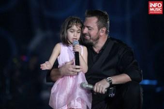 Horia Brenciu interpretând o piesă alături de un fetiță de 5 ani