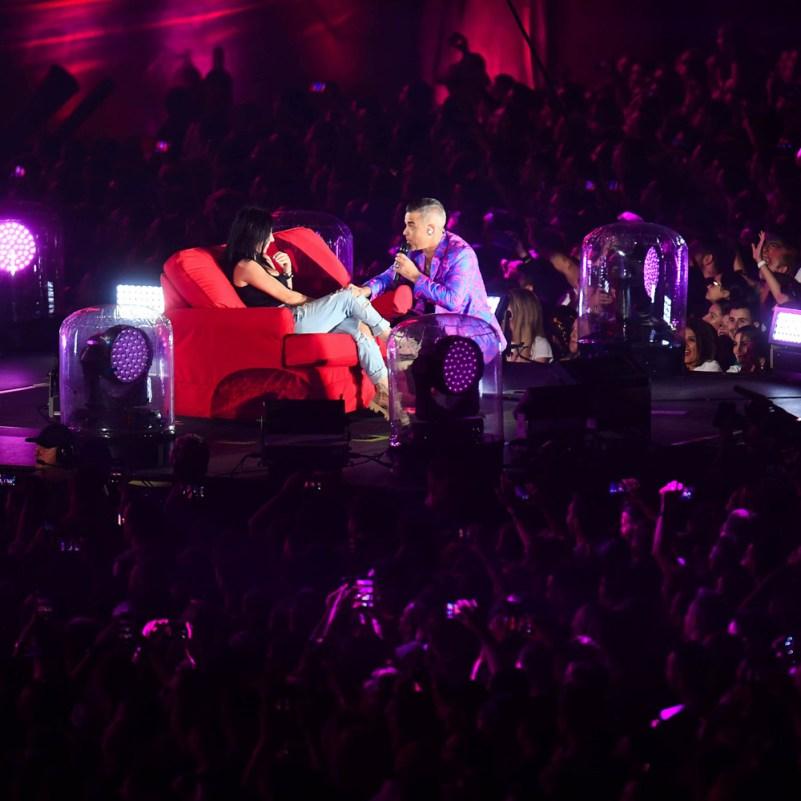 Robbie Williams a invitat o spectatatoare pe scenă în timpul concertului de la UNTOLD 2019