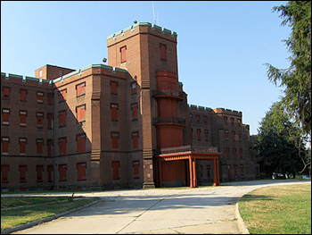 Center Building at St. Elizabeths Hospital in Washington, D.C. / photo by User:Tomf688, via Wikimedia Commons