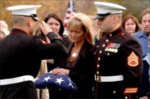 Apagar Gobierno niega Militar Familias Dinero para Funerales militarymom 300x199