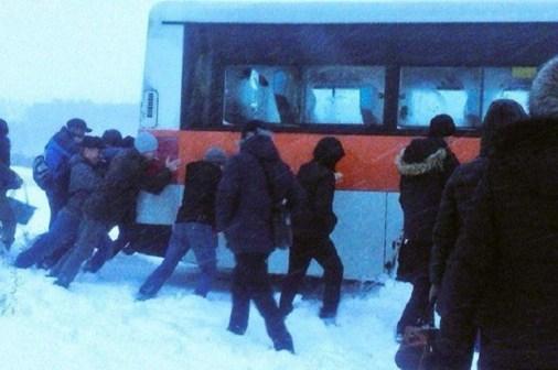 Люди толкают автобус в поселке Маркова. Фото из группы ДТП 38RUS «ВКонтакте»