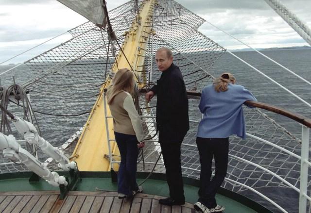 Владимир Путин с семьей на отдыхе во время морской прогулки, 2002 год