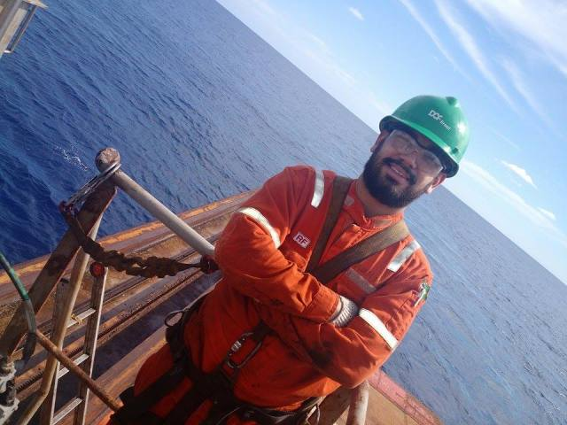 Fazendo reparo no guindaste do navio