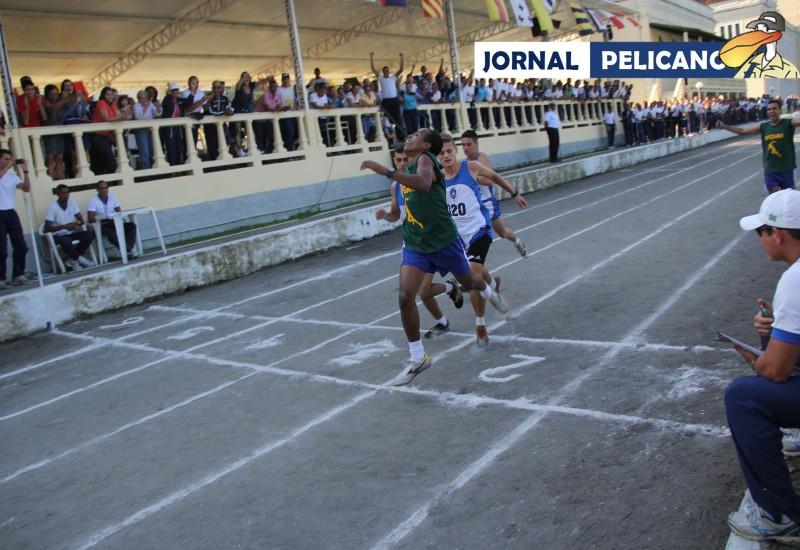 O genuíno esforço do aluno cabo-verdeano Carlos Souza, da EFOMM, na chegada da prova de 3000 metros (Foto: Jornal Pelicano).