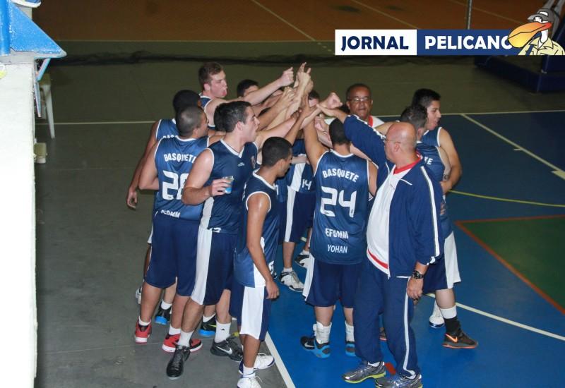 Equipe de Olaria comemora a vitória sobre a Escola Naval (Foto: Jornal Pelicano).