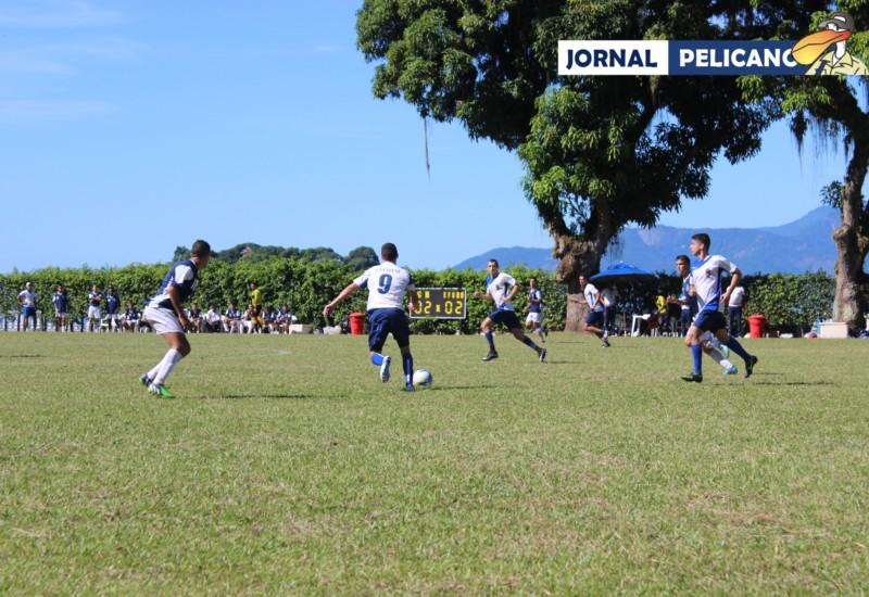 Camisa 10 da EFOMM, Al. Rodolfo Anuda, conduz o jogo no meio campo. (Foto: Jornal Pelicano)