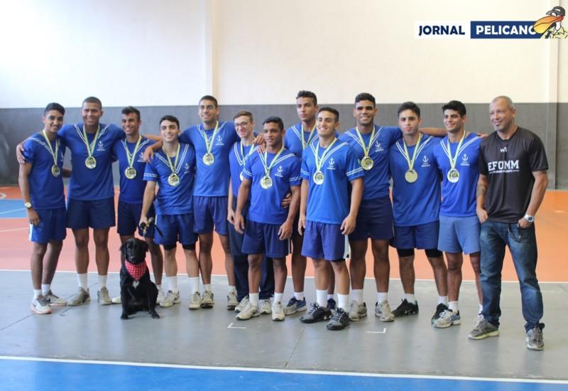 Tripulação vencedora da prova de Remo posa com as medalhas. (Foto: Jornal Pelicano)