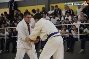Al. Vollmers tenta encaixar um golpe no adversário. (Foto: Al. Anna Viriato / Jornal Pelicano)