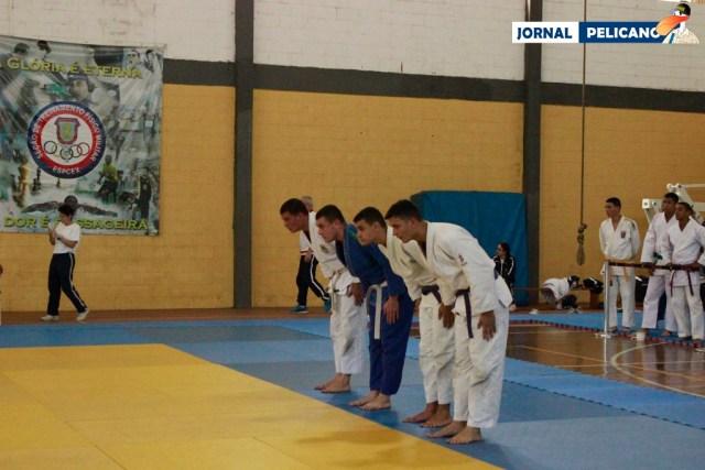 Judocas fazem a reverência antes de entrar no tatame. (Foto: Al. Wagner / Jornal Pelicano)