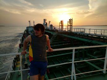 POM Cunha posa para foto com vista para proa no NT Rosa Tomasos, durante sua praticagem. (Foto: 2OM Cunha / Acervo Pessoal)