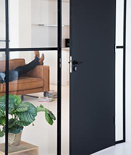 interesting zwarte deur with klapdeuren woonkamer