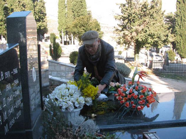 Srđanov otac Rade na njegovom grobu (Foto: SRNA)