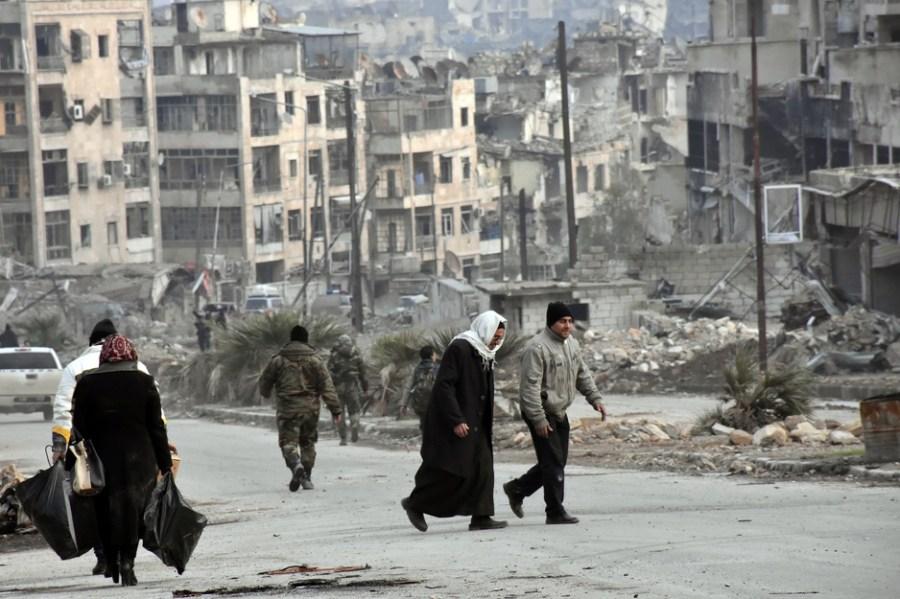 Civili u Alepu (Foto: EPA)