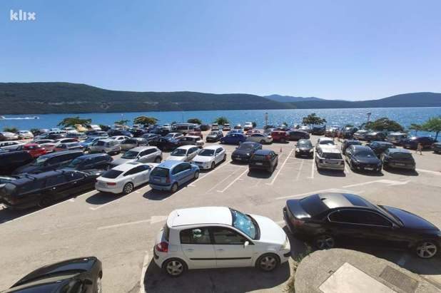Najbolja lokacija u cijelom mjestu rezervisana je za parking (Foto: R. D./Klix.ba)