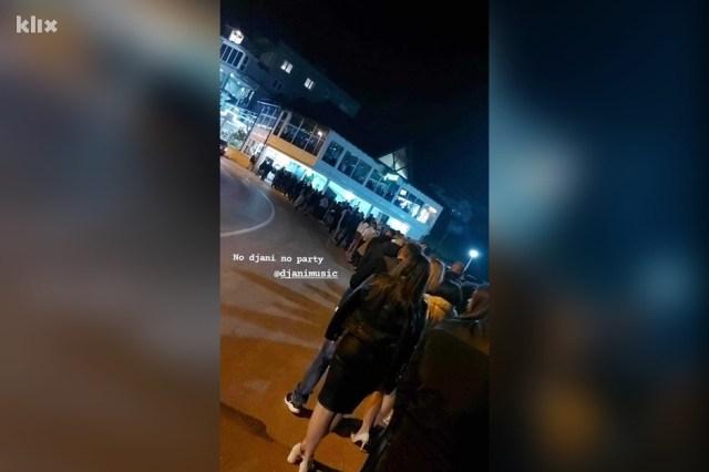 Brojni građani ispred ulaza u klub Plaža jezera Modrac u Lukavcu (Foto: Instagram)