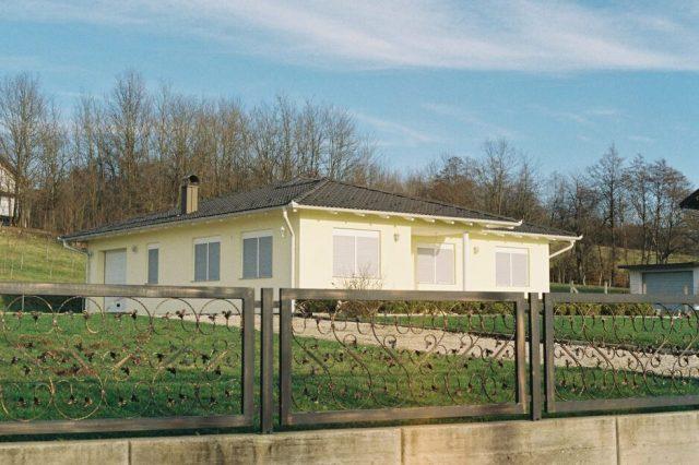 Kuće u Kozarcu (Ajna Babahmetović/FA)
