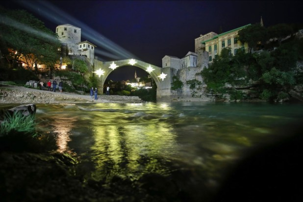 Zamračeni Stari most u Mostaru obasjalo pet zvijezda