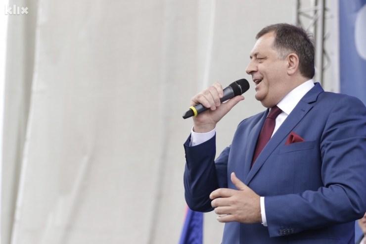 Dodik od sada i na Viberu: Stickeri na kojima vozi autobus, pjeva, ljubi zastavu...