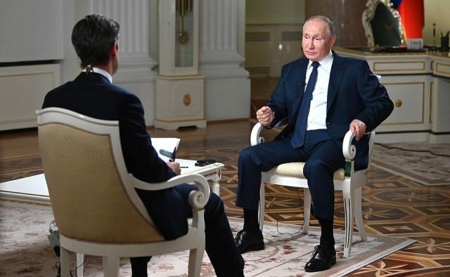 Сжурналистом американского телеканала NBC Киром Симмонсом.