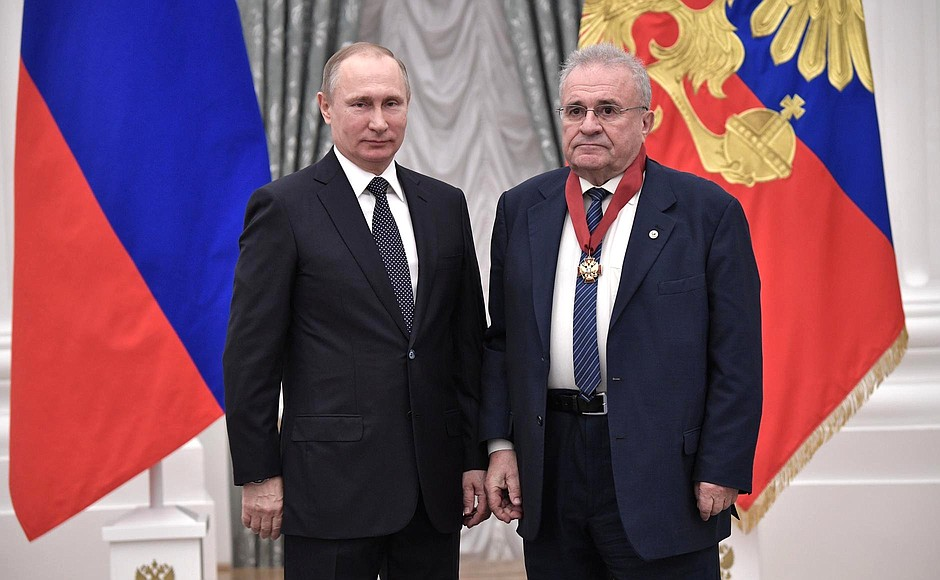 Presentation ofstate decorations. Alexander Archakov, research director atOrekhovich Institute ofBiomedical Chemistry, is awarded theOrder forServices totheFatherland, II degree.