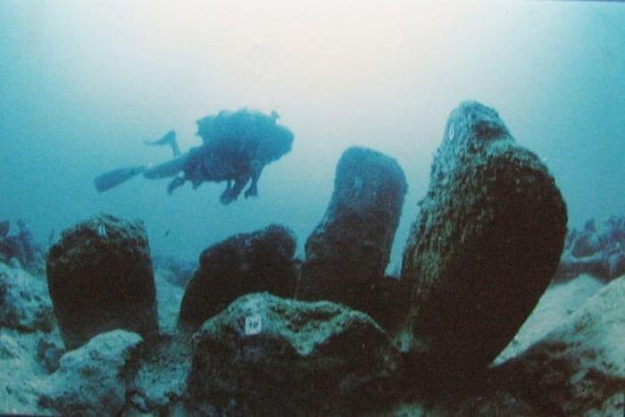 Древний город в водах Средиземного моря.