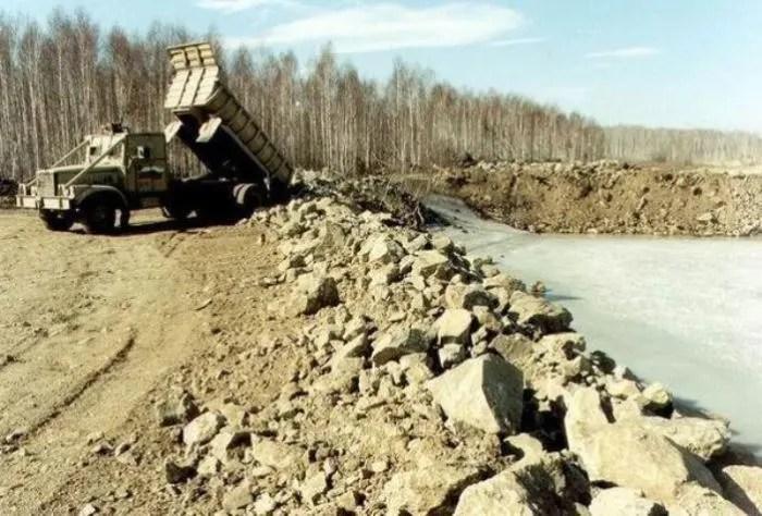 Ликвидация озера Карачай с помощью экранированной спецтехники. | Фото: animalworld.com.ua.