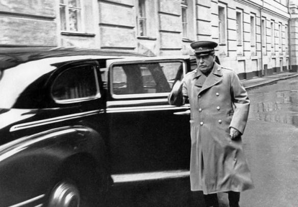 Смерть Сталина должна была стать сигналом для высадки на окраине Москвы большого десанта, который бы захватил «деморализованный Кремль» и поставил у власти «русский кабинет» во главе с генералом Власовым./Фото: i2.wp.com