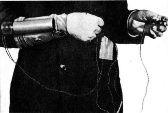 Миниатюрный гранатомёт «панцеркнаке», 30мм снаряд которого на расстоянии 300 метров пробивает 35-40мм броню, крепится ремнями на руке и приводится в действие кнопочным устройством./Фото: ruread.net