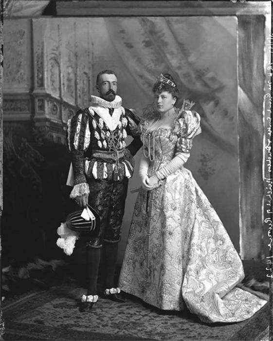 Великий князь Михаил и графиня де Торби на костюмированном балу в Лондоне./Фото: pbs.twimg.com
