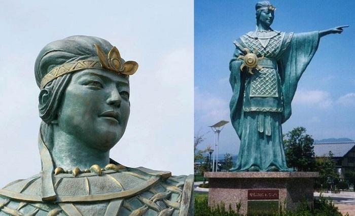 Один из памятников царице Химико.
