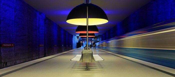 Станция выглядела вполне обычно, пока здесь не установили огромные светильники. /Фото:Мартин Фальбизонер