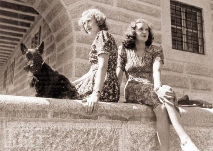 Ева Браун с младшей сестрой Маргарет. 1943 год.