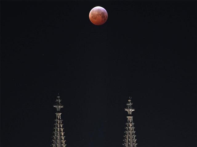 जर्मनी में कल की रात चांद ने यूं दिखाया रंग