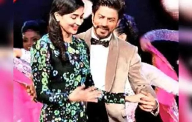 Pooja Hegde was mad at seeing Shahrukh in front