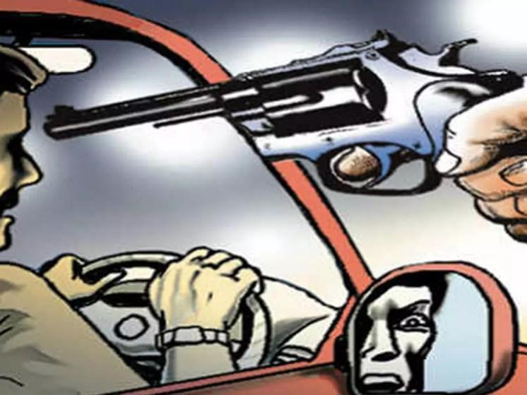 noida car robbery case: नोएडा: कानून व्यवस्था का मजाक, बंदूक की नोक पर 3 बदमाश ले उड़े गाड़ी - three men rob car of senior executive at gunpoint in noida | Navbharat Times
