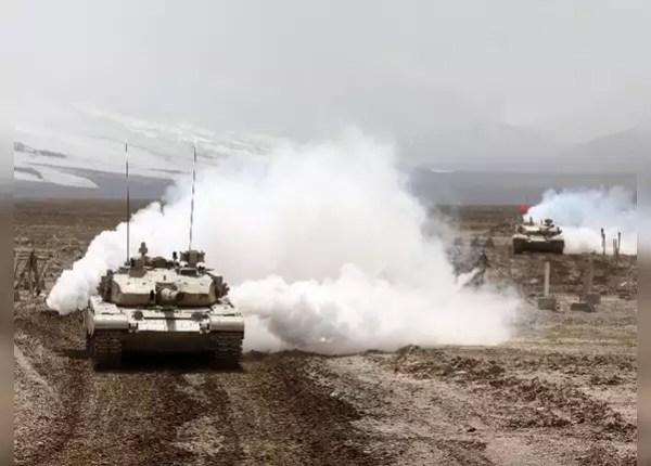 टाइप-99 मेन बैटल टैंक के साथ युद्धाभ्यास