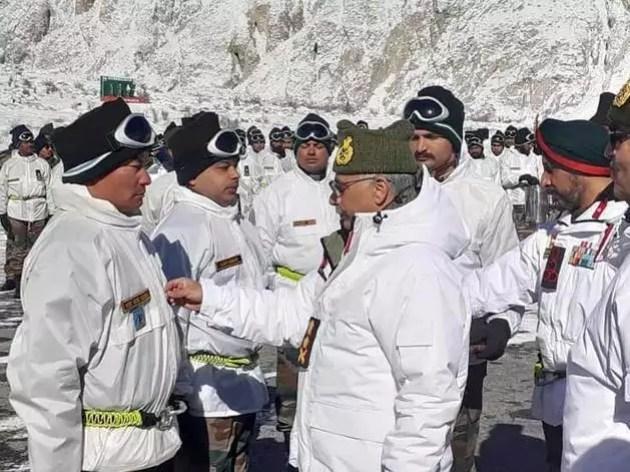 कमांडर्स के साथ मीटिंग के बाद लेह जा रहे आर्मी चीफ। (फाइल फोटो)