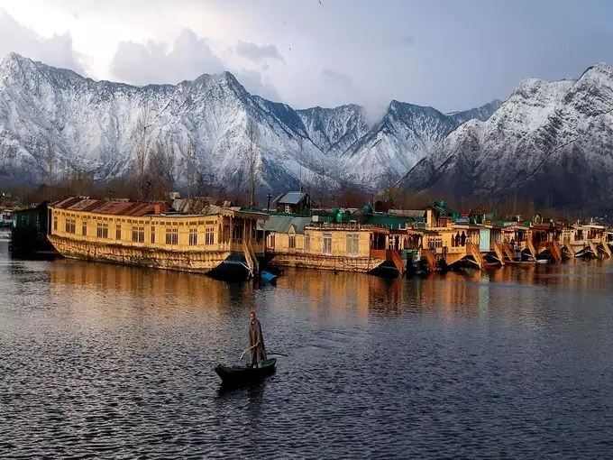 Srinagar is a very beautiful tourist place