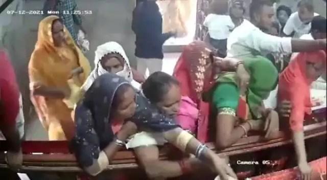 अयोध्या के बड़ी देवकाली मंदिर में चेन स्नैचिंग का वीडियो वायरल, शातिर महिला ने एक झटके में उड़ा दी गले की चेन