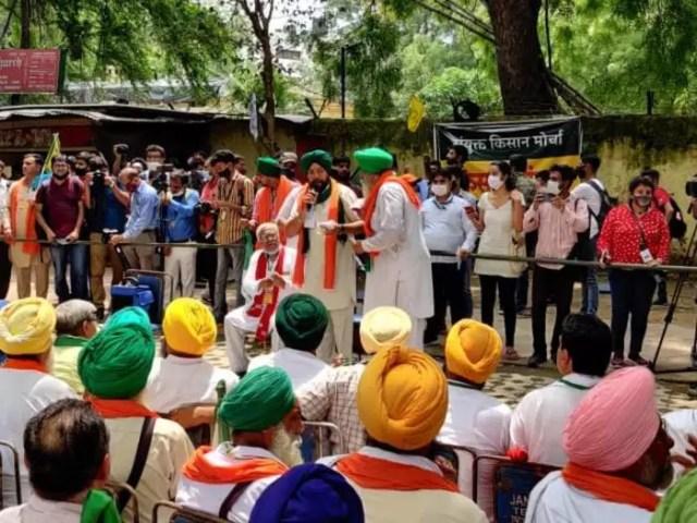 Delhi Kisan Andolan LIVE Updates: At Kisan Sansad, Rakesh Tikait Warns Govt  - दिल्ली किसान आंदोलन लाइव: जंतर मंतर पर जुटे 200 किसान, राकेश टिकैत  बोले- गांव में आना, कर देंगे ...