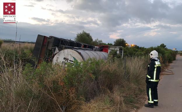 Un camión con 25.000 litros de sosa cáustica vuelca en la AP-7 en Castellón y tiene una pequeña fuga